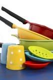 Potenciômetro e bandejas modernos coloridos brilhantes da cozinha Foto de Stock Royalty Free