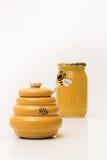 Potenciômetro e frasco do mel no fundo Imagem de Stock
