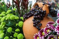 Potenciômetro e uvas do vinho foto de stock