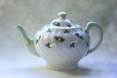 Trevos irlandeses do potenciômetro do chá com fundo de Bokeh Fotos de Stock Royalty Free