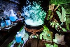 Potenciômetro misterioso da bruxa com fumo azul e verde para Dia das Bruxas Fotos de Stock