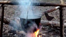 Potenci?metro no fogo no acampamento vídeos de arquivo