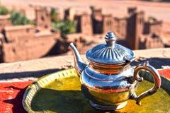 Potenciômetro original do chá em Ait Benhaddou perto de Warzazat, Marrocos Fotografia de Stock Royalty Free