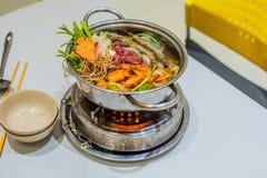 Potenciômetro quente da sopa vietnamiana com camarão, carne de porco e chucrute imagem de stock