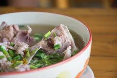 Potenciômetro quente quente e picante do reforço de carne de porco com ervas tailandesas Imagens de Stock