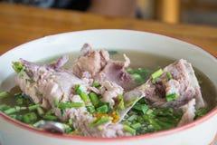 Potenciômetro quente quente e picante do reforço de carne de porco com ervas tailandesas Fotografia de Stock