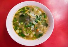 Potenciômetro quente quente e picante do reforço de carne de porco com ervas tailandesas Fotos de Stock Royalty Free