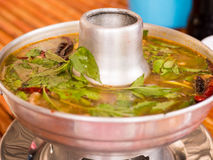 Potenciômetro quente quente e picante do reforço de carne de porco com ervas tailandesas Fotos de Stock