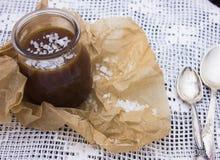 Potenciômetro salgado do caramelo com uma colher de prata Foto de Stock Royalty Free