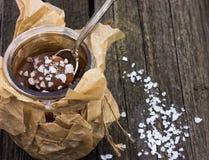 Potenciômetro salgado do caramelo com uma colher de prata vintage Fotos de Stock Royalty Free