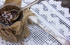 Potenciômetro salgado do caramelo com uma colher de prata vintage Imagem de Stock