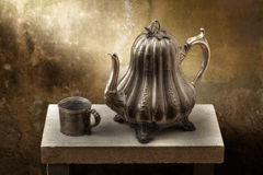 Potenciômetro vitoriano e copo do café do peltre Fotografia de Stock Royalty Free