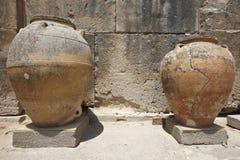 Potenciômetros cerâmicos em ruínas da cidade de Phaestos na Creta Greece Foto de Stock