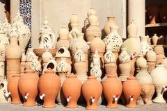 Potenciômetros da terracota para a venda em Nizwa, Omã fotografia de stock royalty free