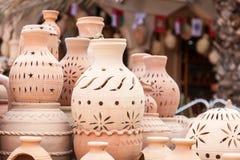 Potenciômetros da terracota para a venda em Nizwa, Omã foto de stock