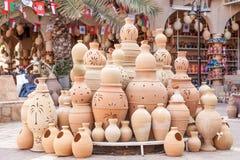 Potenciômetros da terracota para a venda em Nizwa, Omã imagens de stock royalty free
