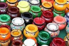 Potenciômetros de argila pintados à mão no mercado em Menton, França Foto de Stock