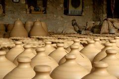Potenciômetros de argila que secam na loja da cerâmica Fotografia de Stock Royalty Free