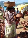 Potenciômetros de argila tribais da compra das mulheres Fotos de Stock Royalty Free