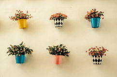 Potenciômetros de flor coloridos artificiais Fotos de Stock Royalty Free