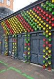 Potenciômetros de flor coloridos na parede Fotos de Stock
