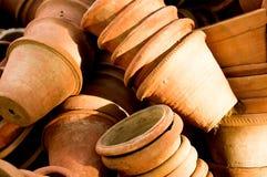 Potenciômetros de flor da argila que encontram-se nas pilhas Fotografia de Stock Royalty Free