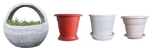 Potenciômetros de flor e uma cesta do concreto, decorativa fotografia de stock royalty free