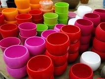 Potenciômetros de flor plásticos coloridos Foto de Stock