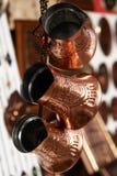 Potenciômetros do café com a decoração da ponte de Mostar Fotos de Stock Royalty Free