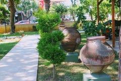 Potenciômetros e ânforas antigos - uma exposição no pátio do museu arqueológico Turquia de Alanya Fotos de Stock Royalty Free