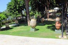 Potenciômetros e ânforas antigos - uma exposição no pátio do museu arqueológico Turquia de Alanya Imagem de Stock Royalty Free