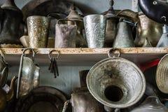 Potenciômetros e vasos de cobre antigos para a venda em uma loja antiga Fotografia de Stock