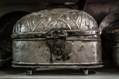 Potenciômetros e vasos de cobre antigos para a venda em uma loja antiga Foto de Stock Royalty Free
