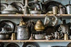 Potenciômetros e vasos de cobre antigos para a venda em uma loja antiga Fotografia de Stock Royalty Free