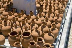 Potenciômetros feitos a mão da cerâmica do vintage imagens de stock