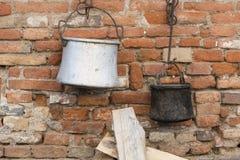 Potenciômetros velhos e bandejas que penduram na parede Imagens de Stock Royalty Free