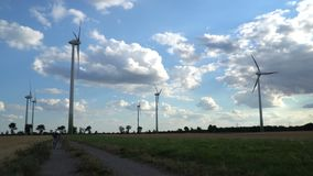 Potencia de Eco Turbinas de viento que generan electricidad almacen de metraje de vídeo