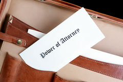 Potencia del documento del abogado en una cartera de cuero Imagen de archivo