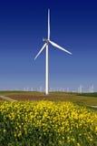 Potencia que genera los molinoes de viento imágenes de archivo libres de regalías