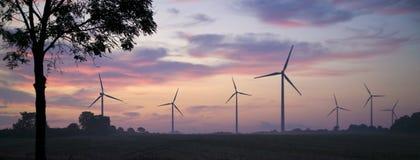 Potencia que genera los molinoes de viento en salida del sol Fotos de archivo libres de regalías