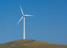 Potencia solitaria que genera el molino de viento Imagenes de archivo
