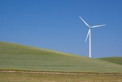 Potencia solitaria que genera el molino de viento Fotos de archivo libres de regalías