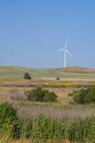 Potencia solitaria que genera el molino de viento Imagen de archivo