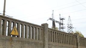 Potencia termal Muestra del alto voltaje en la cerca delante de la planta concreta almacen de video