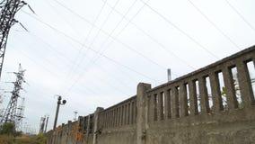 Potencia termal Viejo poder sucio de líneas eléctricas de alto voltaje Plan exterior Contaminación atmosférica almacen de video