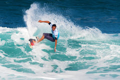 Potencias de Roy que practican surf en los amos de la tubería imagen de archivo libre de regalías