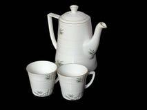Potenciômetro branco e copos bonitos do chá isolados Imagens de Stock