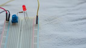 Potentiometer, weerstanden en rode LEIDENE opstelling op een broodplank royalty-vrije stock afbeeldingen