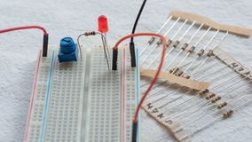 Potentiometer, weerstanden en rode LEIDENE opstelling op een broodplank stock fotografie