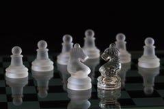 Potenza di scacchi - scacchi di cristallo su priorità bassa nera Fotografia Stock